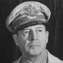 Generaal Douglas MacArthur - De man van de Atoombom (Die hij overigens ook op Korea wilde gooien).