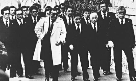Een van de weinige foto's van een voltallige Yakuza-clan (©The Guardian)