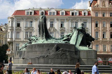 Prague_hus_statue